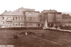 Budova školy v 20. letech 20. století