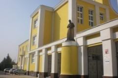 Prostranství před školou v roce 2009